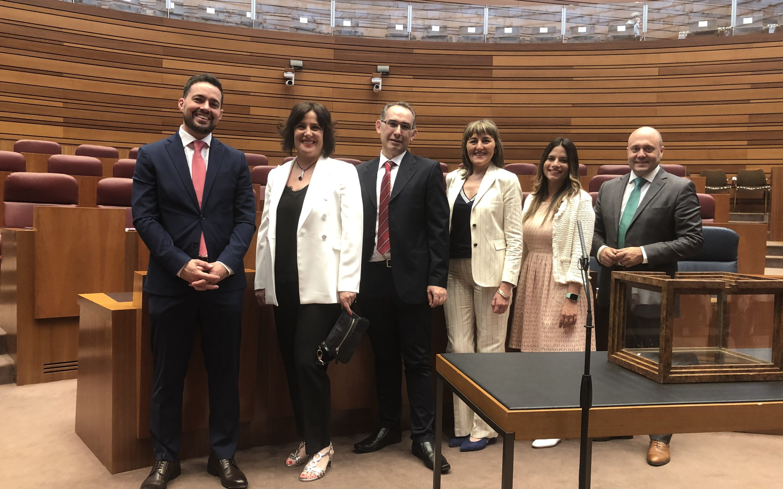 Los seis procuradores del PSOE por León toman posesión de sus cargos en las Cortes