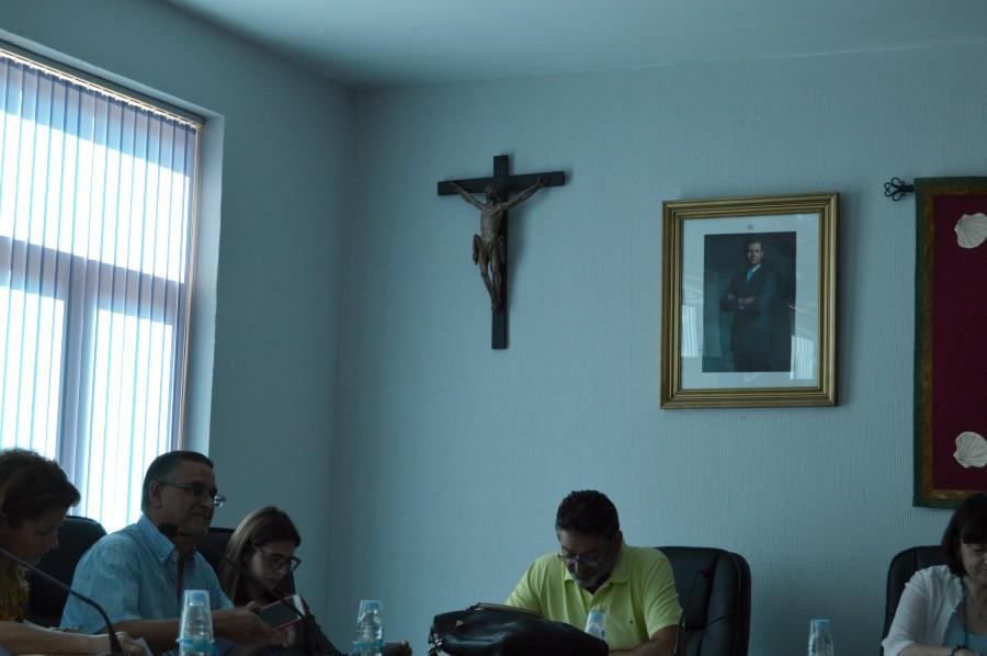 El PP de Sahagún retira el retrato del alcalde Pamparacuatro del hall del Ayuntamiento y coloca un crucifijo en el salón de actos