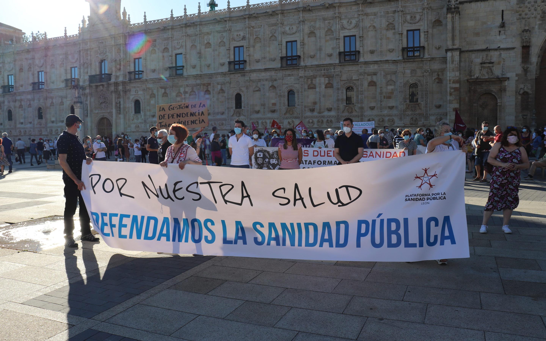 El PSOE de León sale a la calle en defensa de la sanidad pública de la provincia