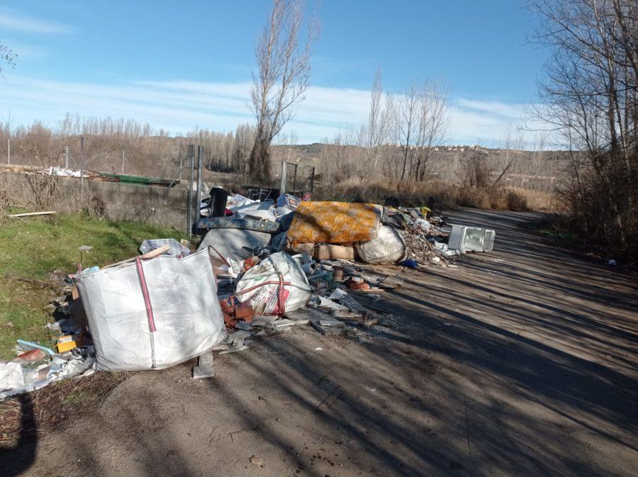 El PSOE de Sariegos denuncia que los puntos limpios del municipio son ahora vertederos incontrolados y exige una ordenanza para solucionar el problema