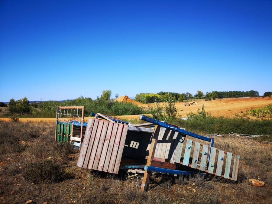 El Ayuntamiento de Pozuelo del Páramo realiza vertidos ilegales con escombros y mobiliario de un parque infantil